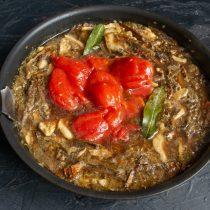Добавляем консервированные томаты с соком, приправляем и нагреваем до кипения, готовим на тихом огне 10 минут