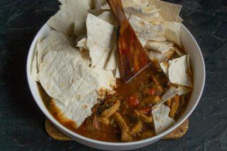В форму для запекания выкладываем соус, добавляем измельченный лаваш