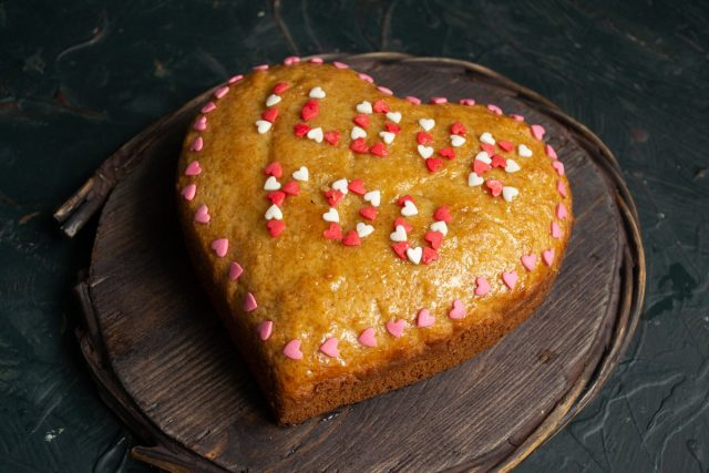 Покрываем готовый лимонный кекс «Валентинка» липкой глазурью и украшаем