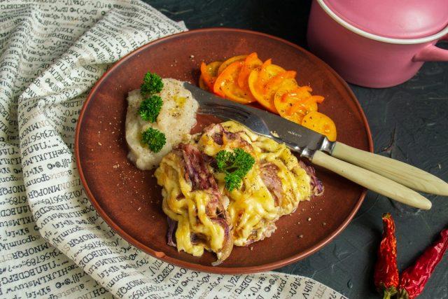 Мясо по-французски в духовке с луком и пюре из топинамбура