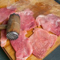 Нарезаем мясо и отбиваем с двух сторон