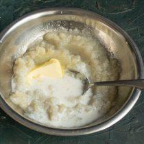 Добавляем сливочное масло и нагретые сливки