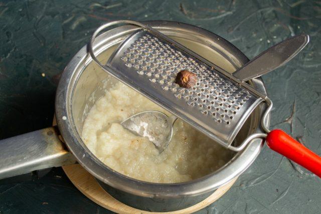 Перемешиваем пюре из топинамбура, приправляем мускатным орехом и прогреваем почти до кипения