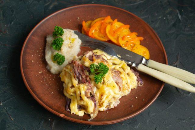 Мясо по-французски в духовке с луком и пюре из топинамбура готово