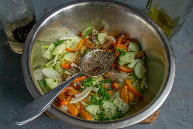 Приправляем овощи и тщательно перемешиваем