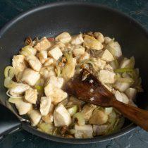 К курице добавляем грибы с луком и обжариваем всё вместе