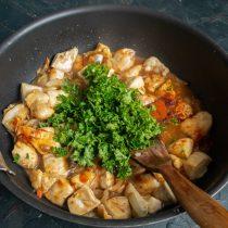 Добавляем томатную пасту и зелень, приправляем и вливаем куриный бульон