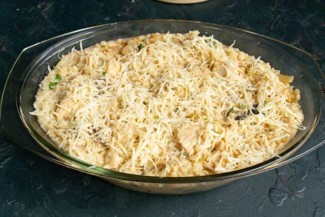 Перемешиваем ингредиенты, выкладываем в форму и посыпаем тёртым твёрдым сыром