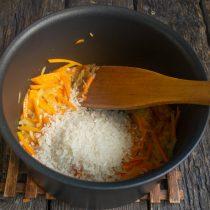 Насыпаем круглый рис и жарим его с овощами 2-3 минуты