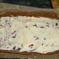 Выкладываем крем из маскарпоне, размазываем равномерно по всему бисквиту