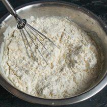 Насыпаем пшеничную муку высшего сорта, перемешиваем тесто