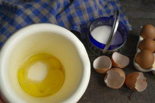 Разбиваем в стакан миксера яйца, насыпаем сахарный песок