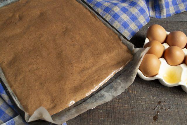 Выкладываем тесто ровным слоем на пекарскую бумагу
