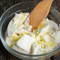 Рикотту или жирный творог разминаем, добавляем куриное яйцо и ванильный экстракт