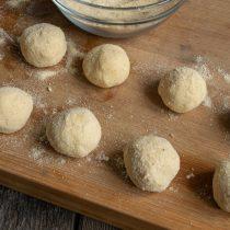 Скатываем круглые шарики и добавляем толстый слой панировки