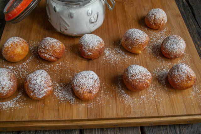 Посыпаем пончики сахарной пудрой