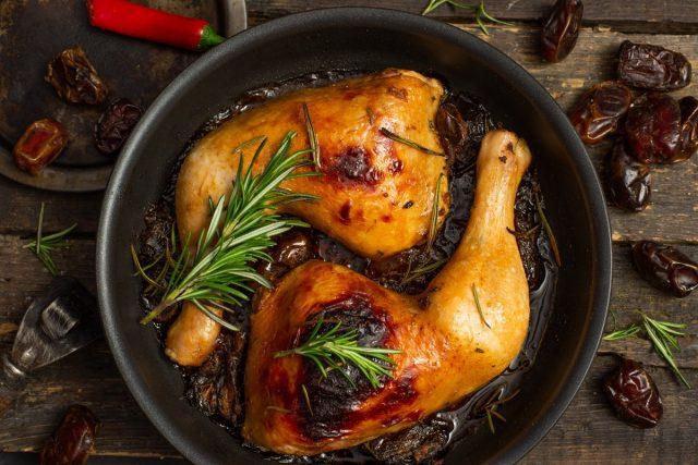 Ароматная курица с розмарином и финиками в духовке