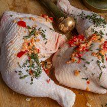 Натираем курицу чесночной пастой с розмарином, втираем приправы