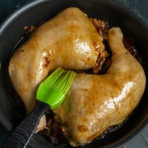 Через 40 минут достаём курицу, убираем фольгу и смазываем окорочка липкой глазурью
