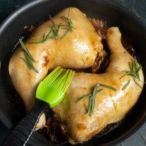 Посыпаем курицу иголочками розмарина и оправляем блюдо в раскалённую духовку или под гриль