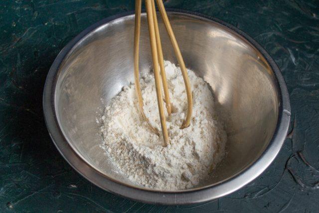 В глубокой миске смешиваем сухие ингредиент