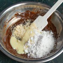 Добавляем сладкую сгущенку и сахарную пудру
