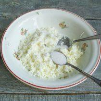 Добавляем щепотку соли, сахарный песок, по вкусу ванилин