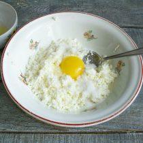 Яичный желток добавляем в миску к творогу, белок отставляем в сторону