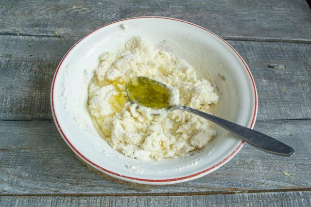 Перемешиваем ингредиенты, добавляем растопленное сливочное масло