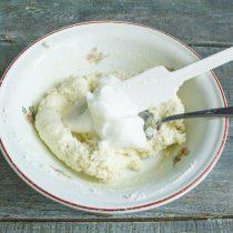 Взбиваем в крепкую пену яичный белок, аккуратно вмешиваем в тесто