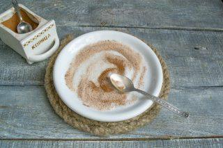 В тарелке смешиваем сахар и молотую корицу