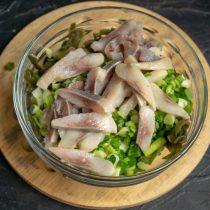 Нарезаем филе слабосолёной сельди и добавляем к остальным ингредиентам