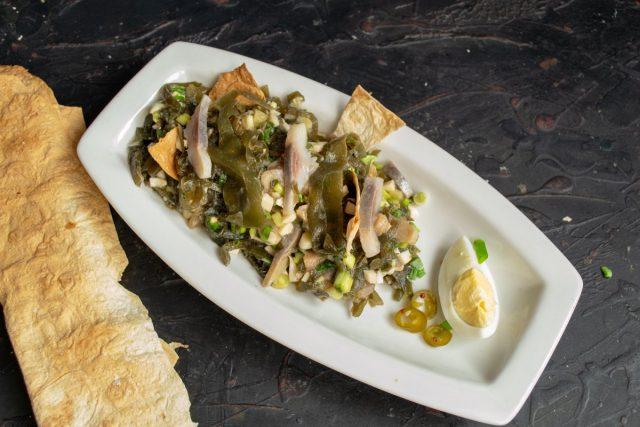 Лёгкий рыбный салат с морской капустой без майонеза готов