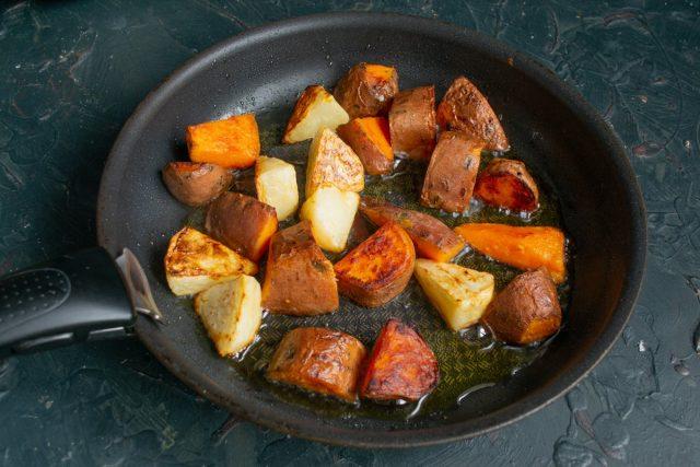 Обжариваем припущенные овощи до золотистой корочки