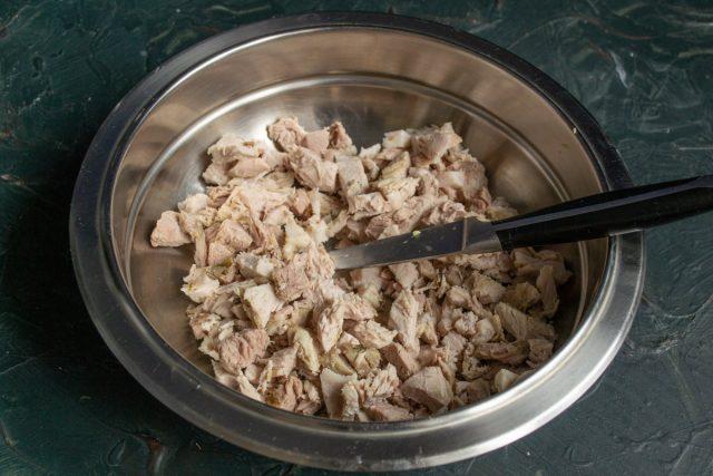 Варёное мясо нарезаем небольшими кубиками