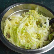 Нарезаем салат «Айсберг» и добавляем к мясу с луком