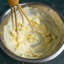 Растираем сливочное масло лопаткой или взбиваем венчиком несколько минут