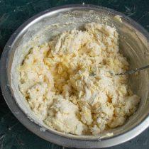 Насыпаем муку, вливаем холодную воду или молоко, перемешиваем ингредиенты