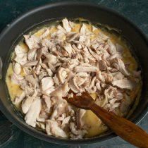 Добавляем курицу, солим и перчим по вкусу, готовим 10 минут