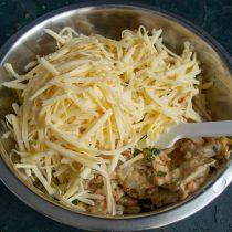 Натираем на крупной тёрке твёрдый сливочный сыр