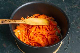 Добавляем шинкованную морковь, готовим овощи на среднем огне