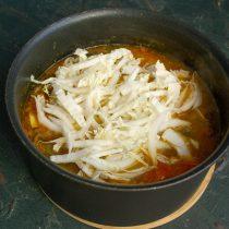 Готовим суп на тихом огне примерно 40 минут, затем добавляем пекинскую капусту