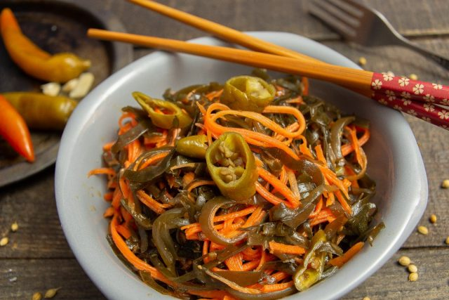 Постный салат из морской капусты с морковью