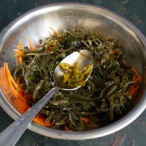 Маринованный перец чили нарезаем толстыми колечками и добавляем в салат