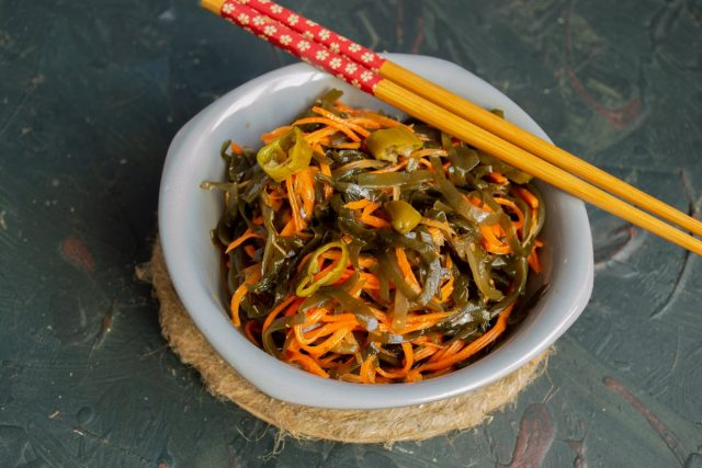 Постный салат из морской капусты с морковью готов
