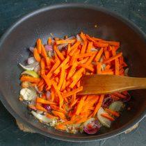 Добавляем нарезанную морковь, обжариваем всё вместе ещё 6-7 минут
