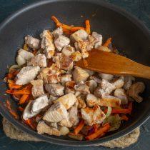 Обжаренное мясо добавляем к овощам