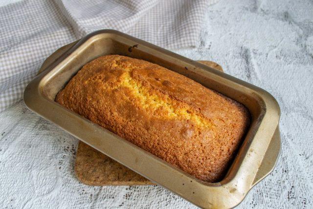 Сладкий лимонный хлеб с румяной корочкой готов