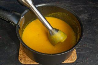Измельчаем суп погружным блендером