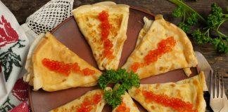 Тонкие блины с икрой и сыром